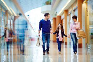 Shopping Familie mit HieroCity in der Einkaufsgalerie. Dein Erlebnis-Assistent. Die City App für Stadterlebnis Stadtmarketing Einzelhandel Gamification Events und Smart Shopping. Belebend durch den Shared Activity Builder (KI)